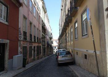 3 bedroom apartment Encarnação, Bairro-Alto, Pedro: I have a room