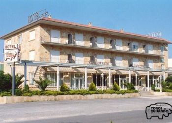 Avda. Madrid s/n, 5270 El Tiemblo, Hotel Toros de Guisando